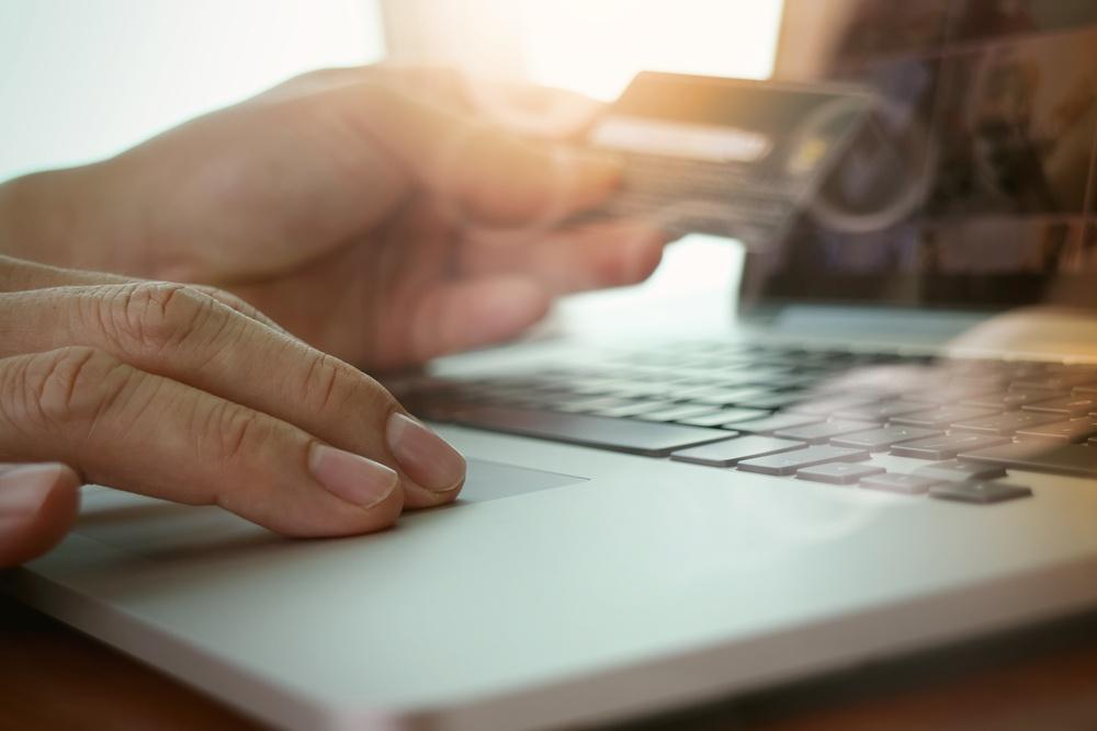 automatisierte-pruefung-des-einkaufs-mann-kreditkarte.jpeg