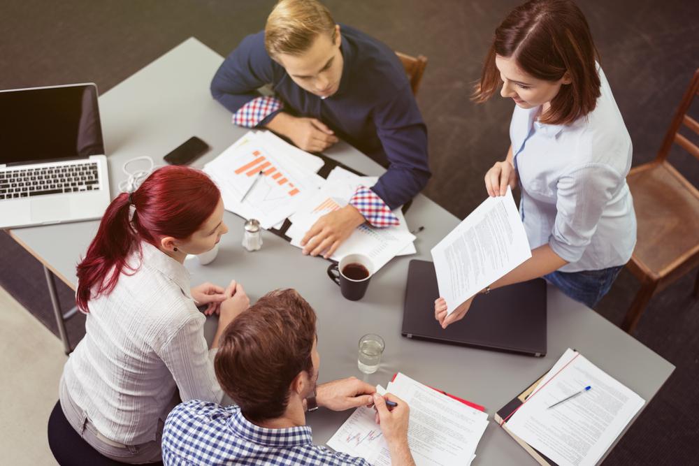 Eine Gruppe diskutiert Optionen - Die Sozialkompetenzen des Prüfers der Zukunft